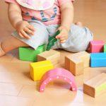 積み木で遊ぶ