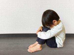 落ち込んでいる子供の写真