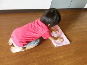 雑巾がけをする子供